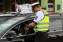 Jihomoravští policisté v pátek tradiční kontroly na silnicích spojili s prevencí. Řidiče upozorňovali třeba na správné zapnutí pásů.