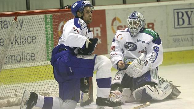 Brankář hokejové Komety Lukáš Hronek (vpravo)
