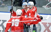 Hokejové utkání Tipsport extraligy v ledním hokeji mezi HC Dynamo Pardubice (v červeném) HC Kometa Brno (v modrobílém) v pardudubické ČSOB pojišťovna ARENĚ.