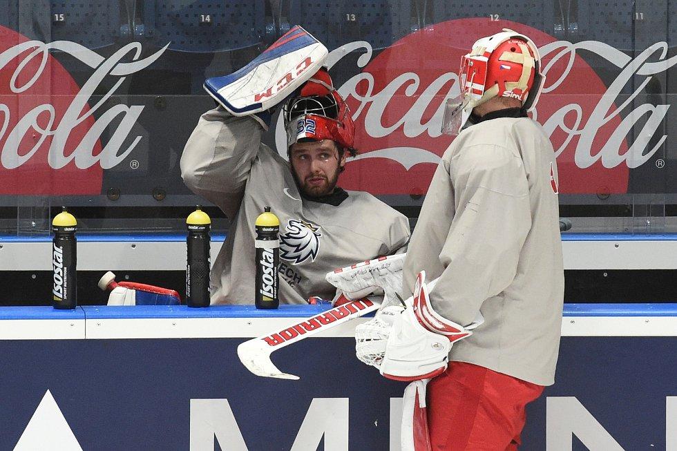 Hráči při rozbruslení - Patrik Bartošák a Šimon Hrubec.