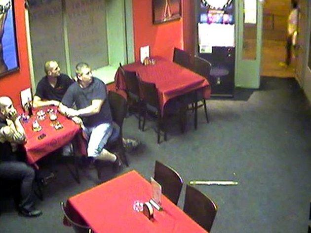 Trojice mužů, která navštívila jeden z barů v ulici Cejl v Brně, je podezřelá z loupeže.