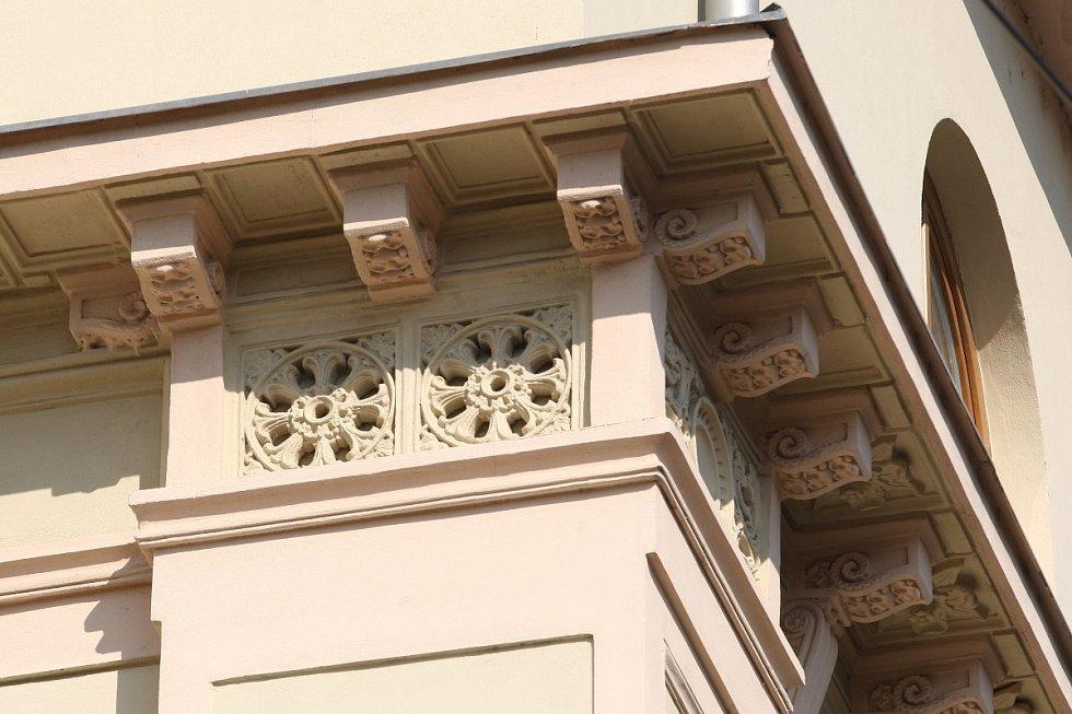 Dům s číslem třiačtyřicet v Hybešově ulici se do paměti Brňanů vryl jako židovská škola. Původně sloužil k pohodlnému bydlení továrníka.
