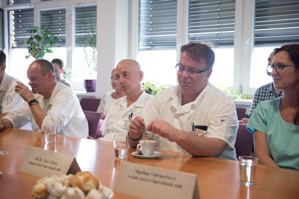 Chirurgové z Masarykova onkologického ústavu Brně představili nového robota, kterým budou operovat.