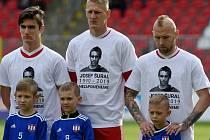 Vzpomínka na zesnulého Josefa Šurala před zápasem FC Zbrojovka Brno a FC Hradec Králové.