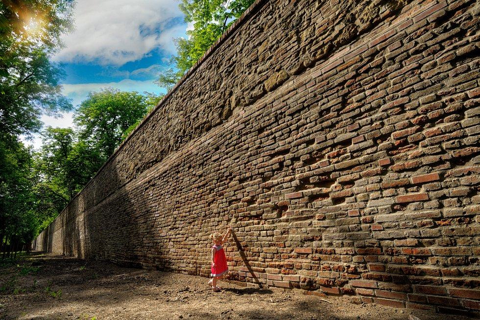 Opravená zeď v areálu zámku ve Slavkově u Brna.