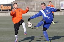 Fotbalisté Znojma (v oranžovém slovenský fotbalista Peter Gál-Andrezly) si poradili s druholigovým Frýdkem-Místkem.