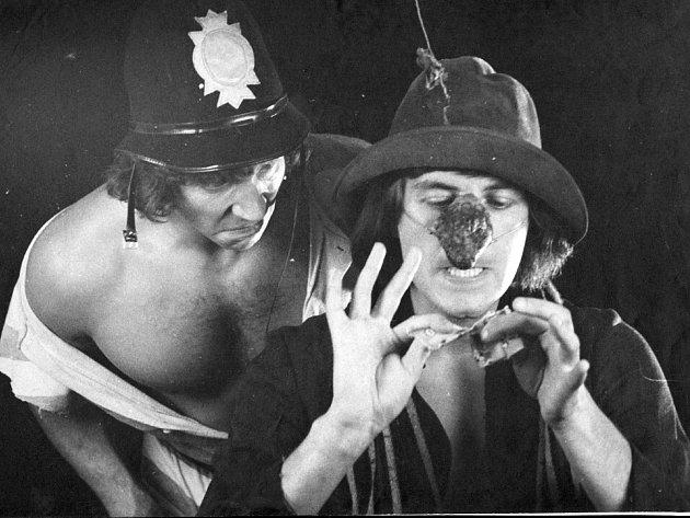 HUSA NEBO HUSÁK? Inscenace Commedia dell´arte byla pro Husu na provázku jednou z přelomových (na snímku vlevo Franta Kocourek a Bolek Polívka).