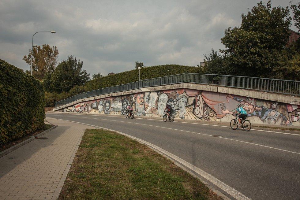 Legálně posprejovanou zeď má brněnský Komín, u kruhového objezdu.