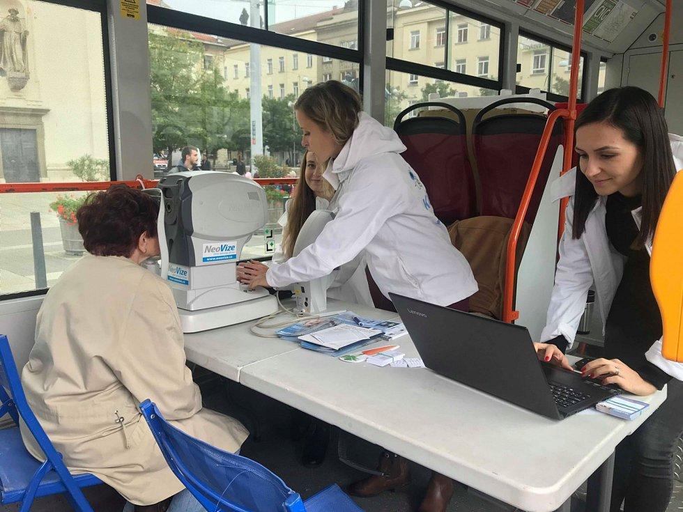 Desítky lidí využily ve čtvrtek možnost nechat si zkontrolovat zrak v tramvaji na Moravském náměstí v Brně.