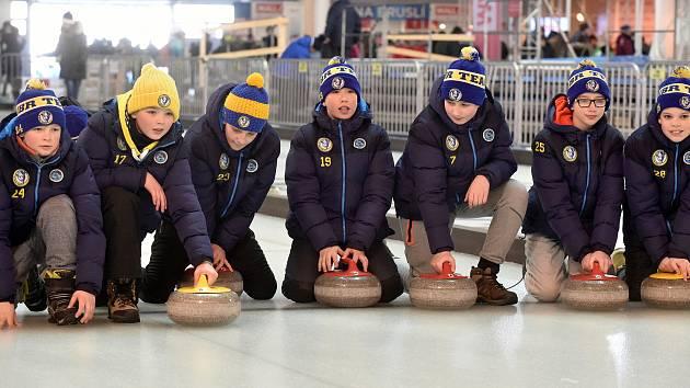 Lidé odhodí kameny v Nové Zbrojovce. Curlingová hala otevírá