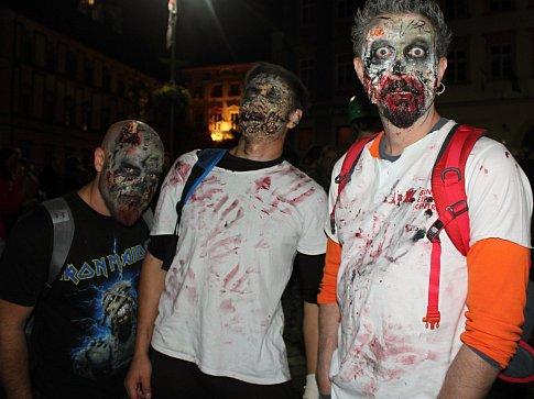 Stovky zombií kráčely v sobotu večer po Brně. Start pochodu byl na Zelném trhu.