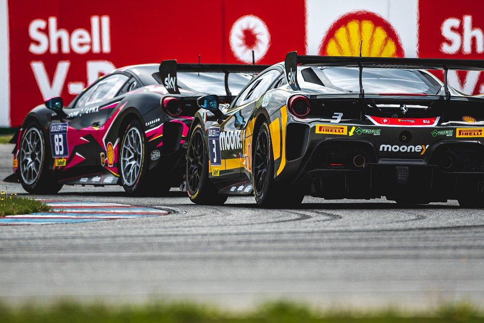 Evropský šampionát Ferrari Challenge na Masarykově okruhu v Brně. 30. května 2021 v Brně. Michelle Gatting, Niccolo Shiro.