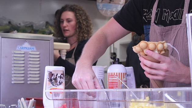 Desítky mlsných jazýčků se od pátku do neděle schází u brněnského nákupního centra Vaňková. Koná se tam totiž Food truck festival.