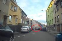 Trestním oznámením skončila jízda stříbrného Fordu Focus C-Max ulicemi Znojma, před jehož koly stihl uskočit chodec.