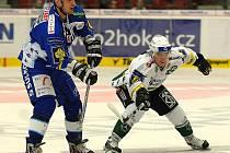 Hokejový obránce brněnské Komety Martin Richter (vlevo).