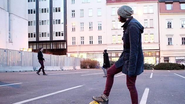 Lidé využili prázdné parkoviště v brněnské Besední ulici jako hřiště. V úterý si tam zahráli třeba fotbal.