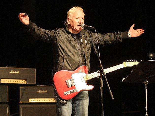 Frontman skupiny, kytarista, skladatel a zpěvák Oldřich Říha při sérii padesáti výročních koncertů oslaví padesát let na pódiu.