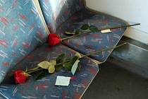 Růže se vzkazem od neznámého cestujícího.