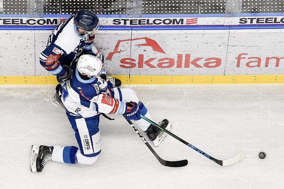 Utkání předkola play off hokejové extraligy - 5. zápas: HC Vítkovice Ridera - HC Kometa Brno, 16. března 2021 v Ostravě. (zleva) Petr Fridrich z Vítkovic a Tomáš Šoustal z Brna.