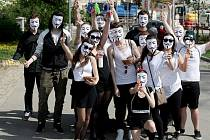 První skupiny maturantů vyrazily v pondělí do brněnských ulic na poslední zvonění, při kterém vybírají peníze na maturitní večírek.