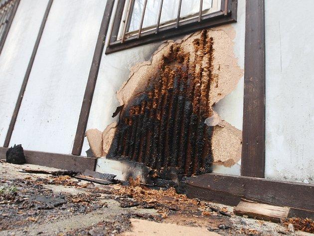 Oheň poničil stěny přilehlého objektu.