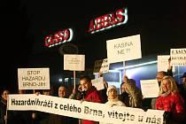 Zasedání zastupitelstva se zúčastnilo několik desítek lidí, kteří požadovali úplný zákaz heren. Přinesli si i transparenty.