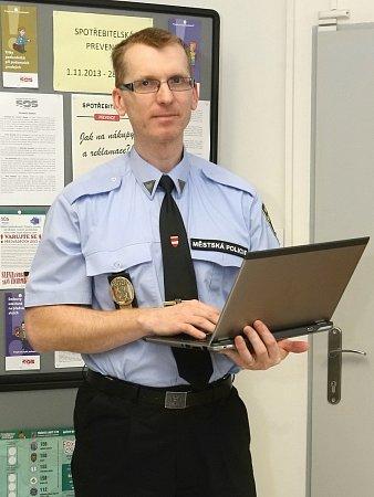 Odborník na bezpečnost na internetu Jan Čoupek pracuje pro Městskou policii Brno. Snaží se mezi lidi šířit povědomí ohrozbách internetu.