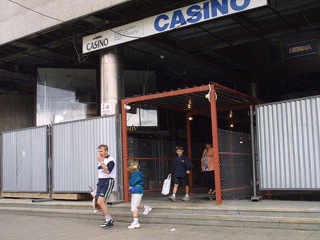 Budova vyhořelého kasina u nádraží.