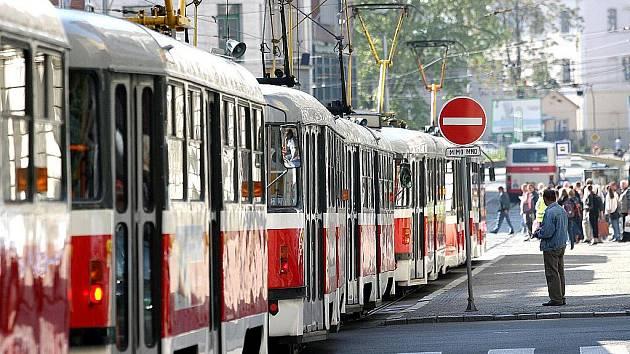 Kolona tramvají na Malinovského náměstí v Brně.