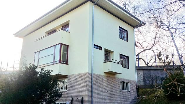 Vila je pozoruhodná například tím, že její majitelé v suterénu zbudovali kryt.
