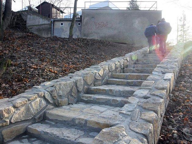 Špičaté a ostré kameny, chybějící zábradlí, nekvalitní cesty. To jsou největší problémy stavebních úprav parku Wilsonův les v Žabovřeskách.