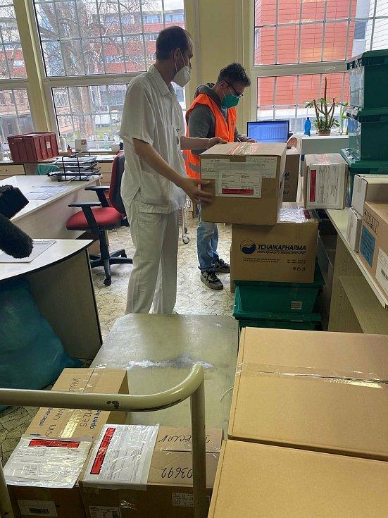 Z brněnské svatoanenské nemocnice rozvezl distributor lék ivermektin do dalších nemocnic v republice.