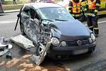 Dopravní nehoda v brněnské Plotní ulici. Osobní auto se srazilo s autobusem a dodávkou. Zranila se řidička i malé dítě, které v autě vezla.