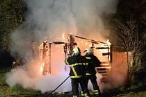 Noční požár chaty v Sokolnicích na Šlapanicku.