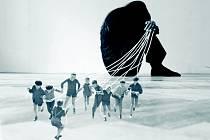 Důstojnost lidstva v pojetí Evy Koťátkové. Fotografie – koláž ze série Not How to People Move But What Moves Them.