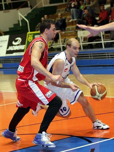 Basketbalisté A Plus mají ve čtvrtfinále těžkého soupeře – čeká je suverénní Nymburk.