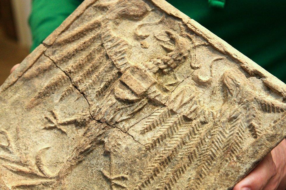Sto nejzajímavější předmětů archeologického výzkum na rohu Besední a Veselé ulice si mohou lidé prohlédnout na výstavě nazvané Mrtvý kůň ve sklepě aneb Co všechno se skrývá pod novým koncertním sálem od 11. do 17. dubna.