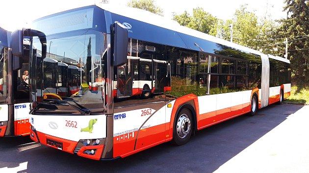 Brnem bude jezdit dvacet nových autobusů. Sklimatizací a USB nabíječkou.