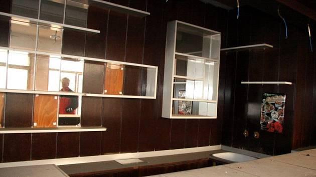 Svědkem úpadku je i zpustlý bar, kde se dříve bavila (nejen) brněnská smetánka