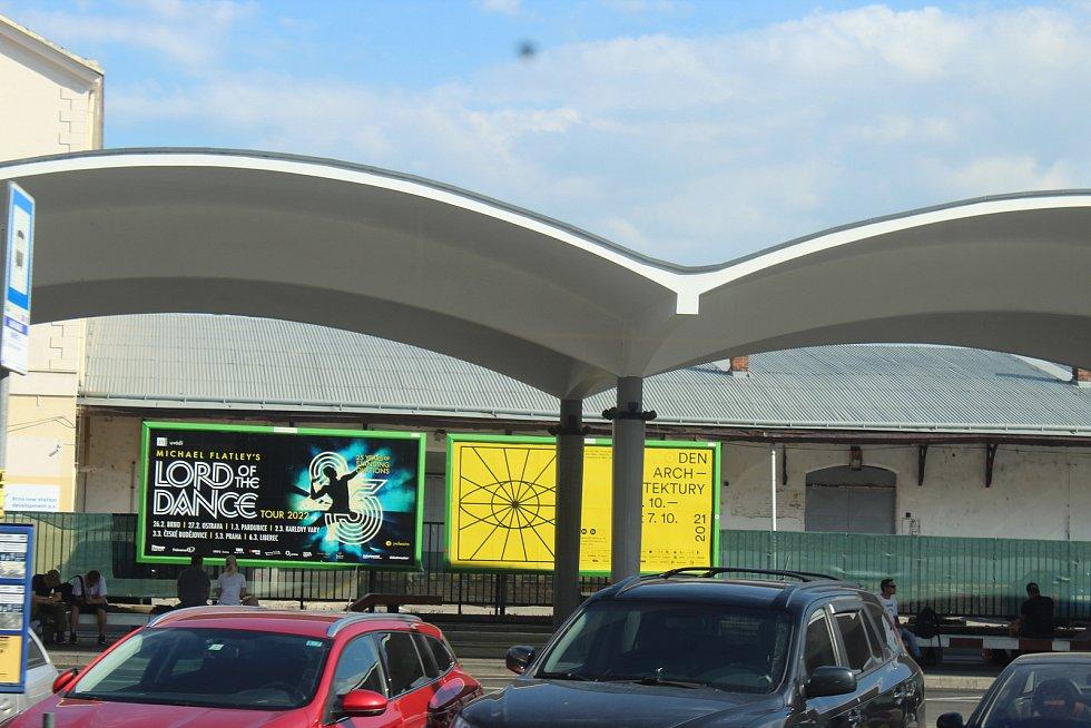 Z centra Brna zmizí do konce roku téměř stovka nežádoucích reklam. Vizuálním smogem se chce vedení města později zabývat také okolo hlavního nádraží. Foto: Deník/Karolína Stárková