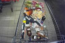 Nákup dohromady za víc než sedm tisíc korun si z brněnského supermarketu ve Vídeňské ulici chtěla v neděli odnést dvojice zlodějů.