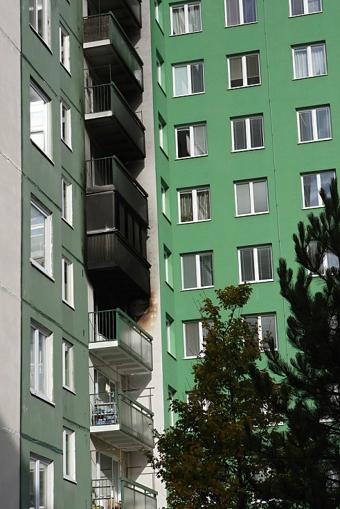 Požár v bytovém domě Blatnické ulici na sídlišti Vinohrady. Hasiči předběžně vyčíslili škodu na osm set tisíc korun.