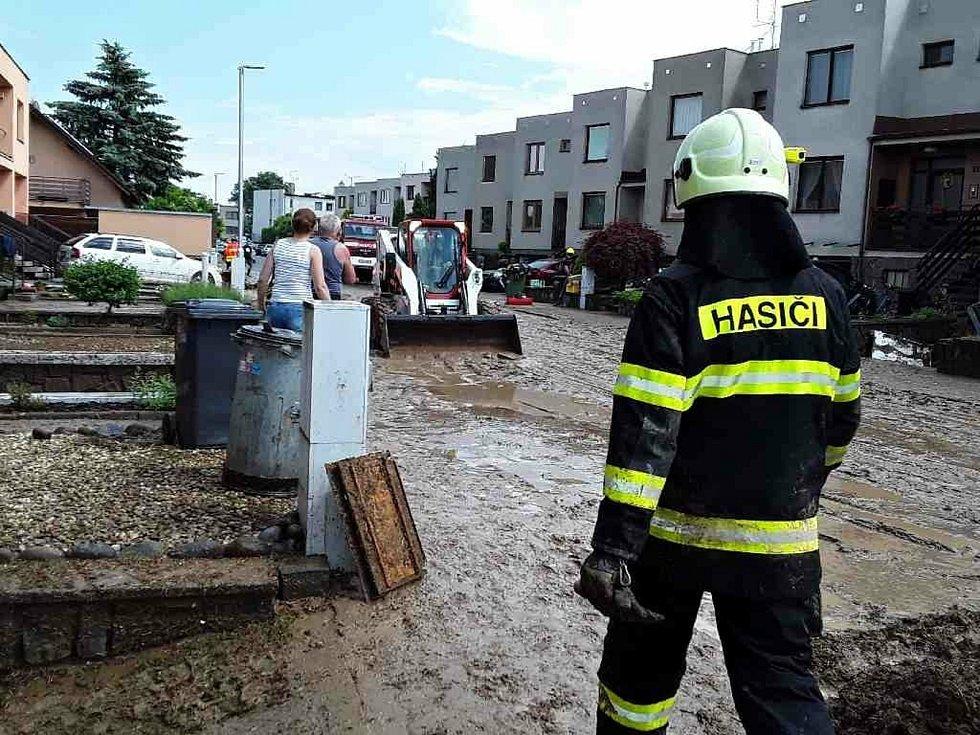 Přívalový déšť vyplavil Drnovice. Na místě zasahovalo sedmdesát hasičů.