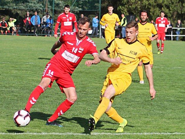 Fotbalisté Startu (na snímku včervených dresech) na novou sezonu patřičně zbrojí.
