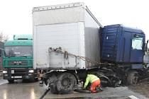 Dva kamiony a osobní auto zablokovaly jízdní pruhy 186. kilometru dálnice D1 v obou směrech u Popůvek na Brněnsku.