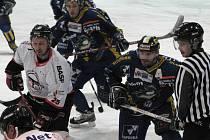 Hokejisté Techniky Brno (v bílém)