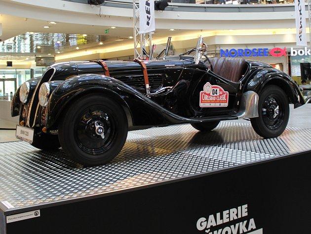 Veteráni ze třicátých let i sportovní hybridy. Patnáct luxusních vozů značky BMW si mohou od pondělka po několik příštích týdnů prohlédnout návštěvníci galerie Vaňkovka.
