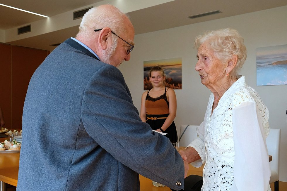 Medaili za zásluhy během druhé světové války a pamětní list převzala pětadevádesátiletá Marie Štěpánková.
