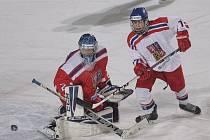 V mobilní aréně pod otevřeným nebem za Lužánkami se v úterý odehrál duel mezi moravským (v červeném) výběrem do šestnácti let a stejně starými hokejisty z Čech.