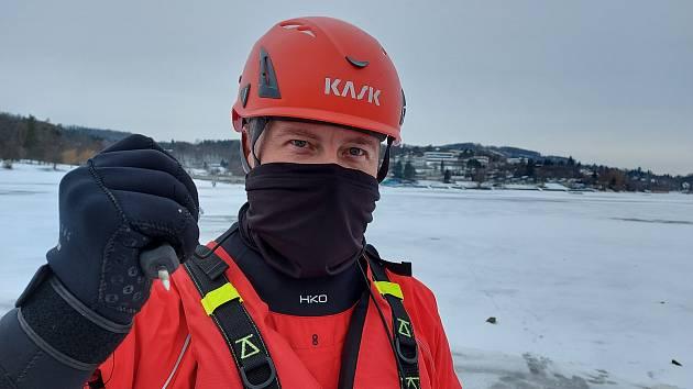 Brněnská přehrada zamrzá: Podívejte se, jak strážníci měří tloušťku ledu